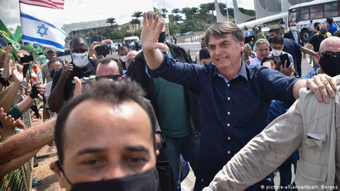 O presidente Jair Bolsonaro em meio a apoiadores