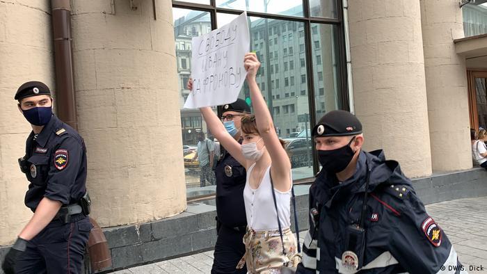 Задержание журналистки Ведомостей Дарьи Коржовой