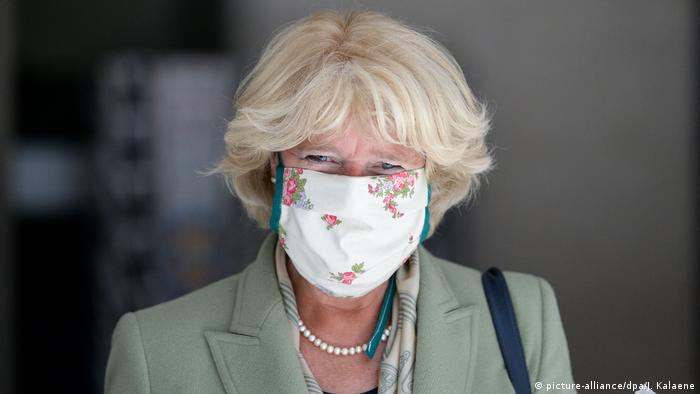 A portrait of Monika Grütters wearing a face mask.