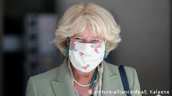 Kulturstaatsministerin Monika Grütters mit weißer Mundnasenschutzmaske mit Blumenmuster