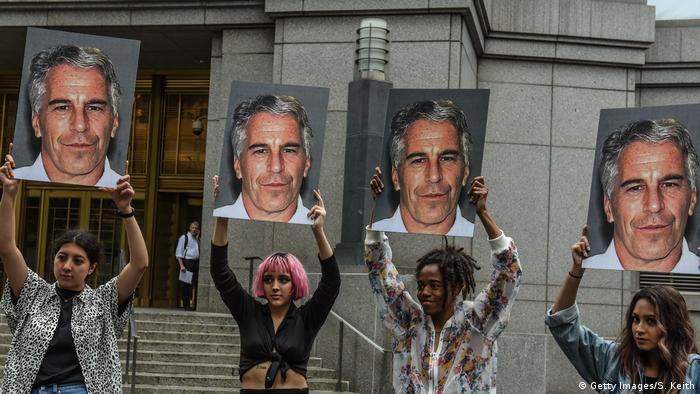 Protestaktion gegen Jeffrey Epstein Anfang Juli 2019 vor einem Gerichtsgebäude in New York
