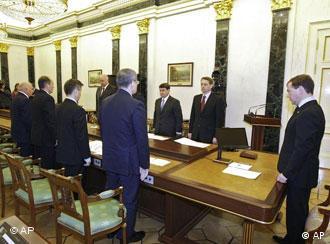Медведев проводит экстренное совещание в Кремле