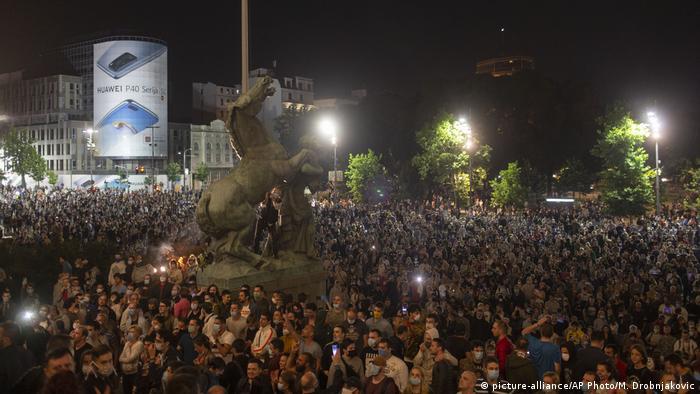 Serbien Belgrad Coronavirus | Proteste gegen neuen Lockdown vor dem Parlament (picture-alliance/AP Photo/M. Drobnjakovic)