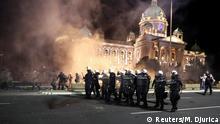 Serbien Belgrad Coronavirus | Proteste gegen neuen Lockdown vor dem Parlament | Polizeieinsatz