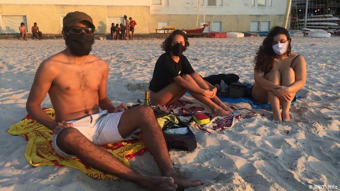 Jóvenes con máscaras en la playa de Río de Janeiro.