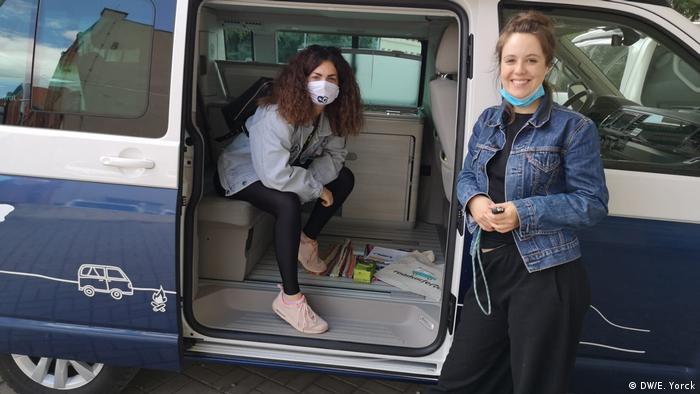 Emily Gordine und Olivera Zivkovic in a camper van (DW/E. Yorck)