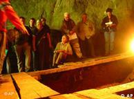 مشاركون في  مؤتمر في كهف دنيسوفا في جبال ألتاي في جنوب سيبريا