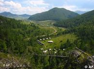 منظر للموقع  حول  كهف دنيسوفا في جبال ألتاي في جنوب سيبريا.