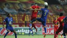 """iranische Fußball-Liga """"Lige Bartar"""" zu Corona-Zeiten, Team Esteghlal in Blau, Team Foolad in Rot"""