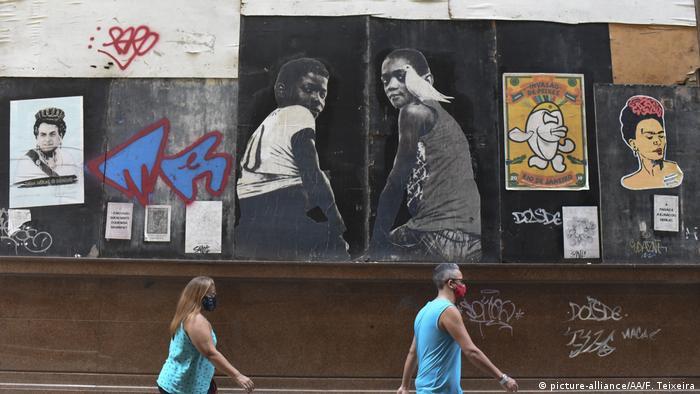 Pessoas de máscara nas ruas do Rio