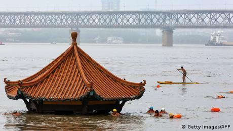 BdTD China Überschwemmung (Getty Images/AFP)