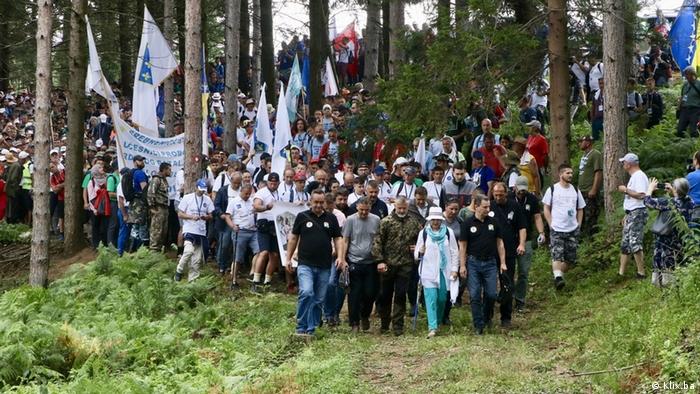 Marš mira je sa Crnog vrha krenuo prema Potočarima (arhivska fotografija)