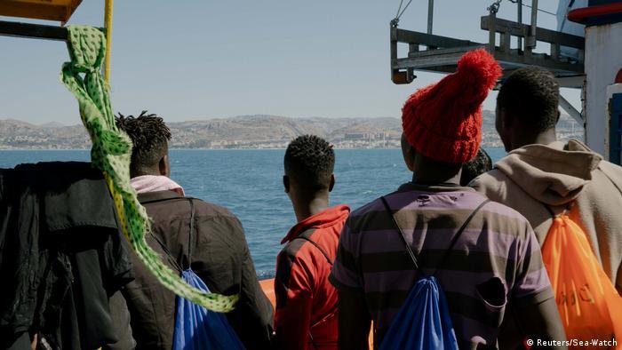Flüchtlinge an Bord der Sea-Watch 3 (Reuters/Sea-Watch)