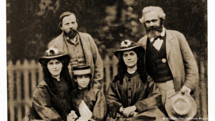 Foto de Friedrich Engels com Karl Marx e filhas