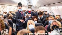 Em voos cheios, como este na Holanda, distanciamento social é impossível