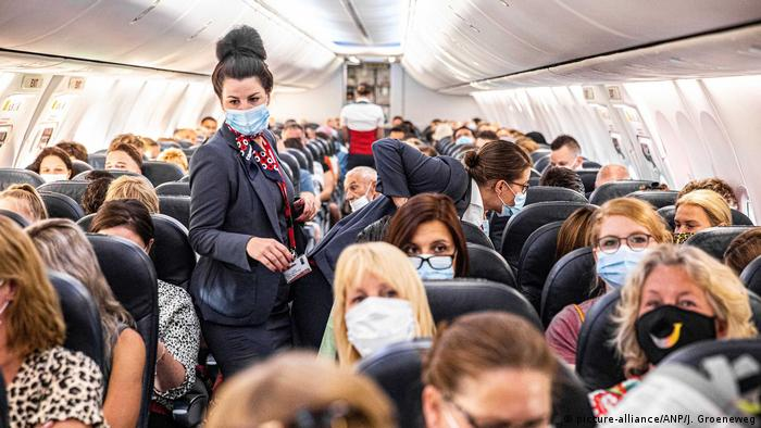 Пътници с предпазни маски на борда на самолет