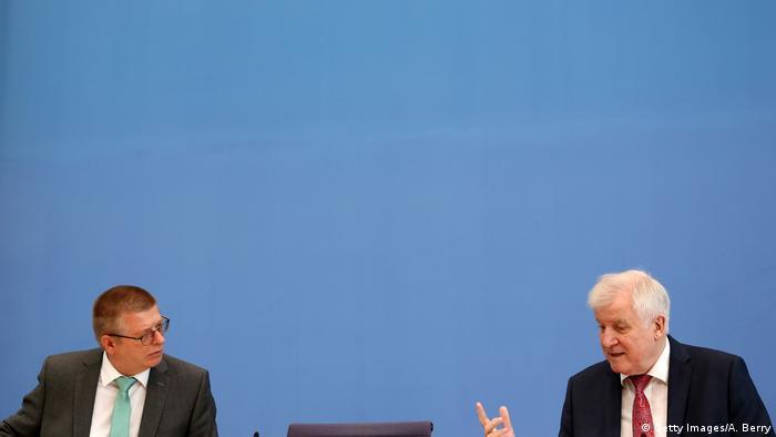 Innenminister Horst Seehofer (r.) und BfV-Chef Thomas Haldenwang bei der Vorstellung des Verfassungsschutzberichts 2020