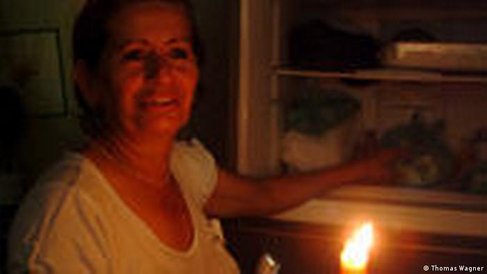 Gladys Jofre vor Kühlschrank
