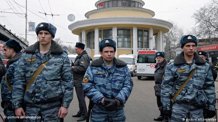 полицейские перед входом на станцию Парк культуры