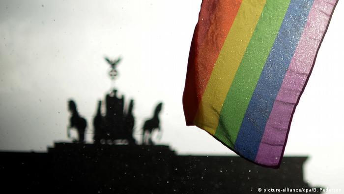 Радужный флаг над Бранденбургскими воротами