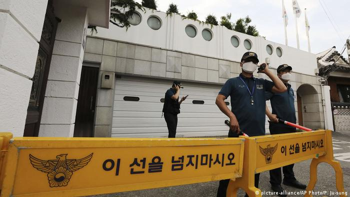 Police officers stand guard in front of the house of Seoul Mayor Park Won-soon in Seoul, South Korea, Thursday, July 9, 2020. (picture-alliance/AP Photo/P. Ju-sung)