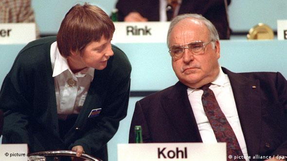 هلموت کوهل با انگیلامرکل صدراعظم برحال آلمان