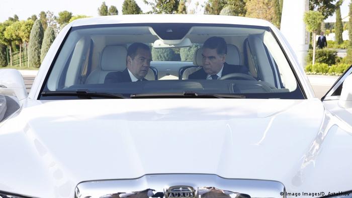 قربانقلی بردیمحمداف، رئیس جمهور ترکمنستان (راست) و مدوداف، نخست وزیر پیشین روسیه