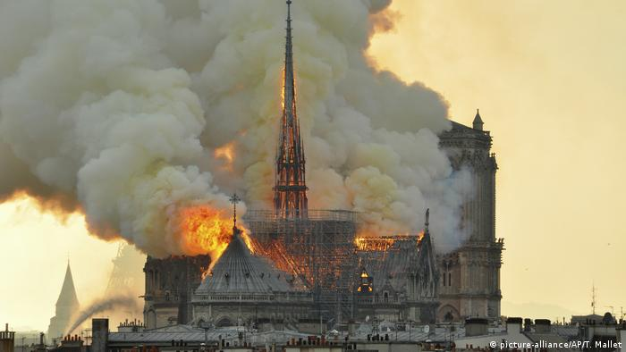 Die Kathedrale Notre-Dame in Paris steht in Flammen.