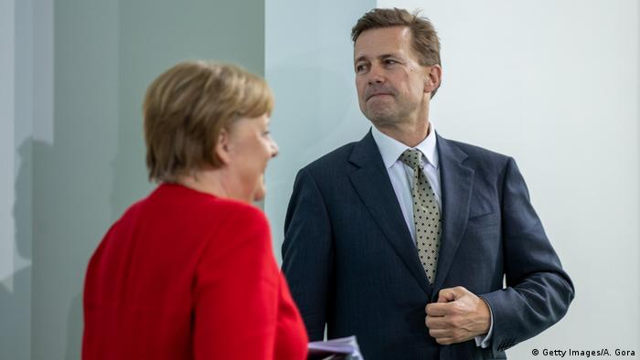 Kanclerz Angela Merkel i rzecznik jej rządu Steffen Seibert