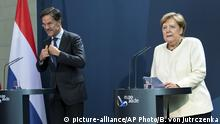 Berlin Mark Rutte bei Merkel (picture-alliance/AP Photo/B. von Jutrczenka)