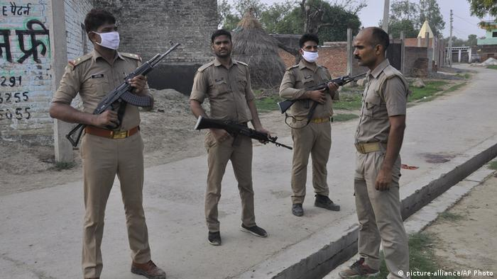 Police stand on guard after Vikas Dubey's gang ambushed and fired on police (picture-alliance/AP Photo)