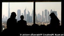 Vereinigte Arabische Emirate   Skyline im Fenster