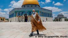 Palästinenser mit Schutzmaske vor der Felsenmoschee in Jerusalem