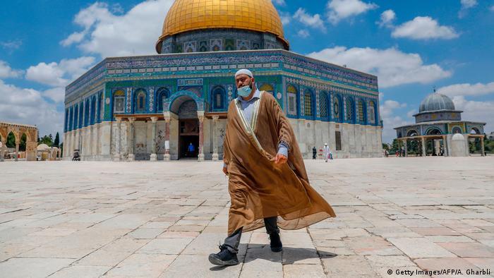 در رابطه با سیاست خاورمیانه چندین وعده داد: برقراری صلح میان اسرائیل و فلسطین و جابجایی سفارت آمریکا از تلآویو به اورشلیم (بیتالمقدس).