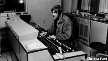 Conny Plank beim Produzieren im Pelzmantel (Aufgenommen von Christa Fast in einem Tonstudio in Hamburg, ca. 1969)