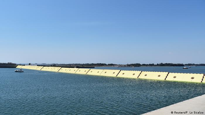 Yellow barriers close off sea   Schutzvorrichtung gegen Hochwasser (Reuters/F. Lo Scalzo)