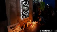 9.7.2020, Manila, Philippinen, A journalist lights a candle outside the ABS-CBN headquarters, following Philippine congress' vote against the broadcast network's franchise renewal, in Quezon City, Metro Manila, Philippines, July 10, 2020. REUTERS/Eloisa Lopez