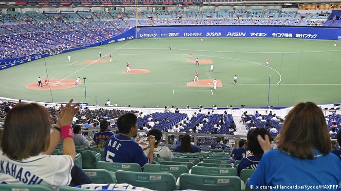 Chunici Dragons fans in the stands at Nagoya Dome in central Japan on July 10, 2020. (picture-alliance/dpa/Kyodo/MAXPPP)