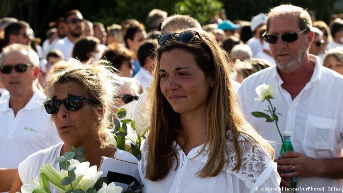 Frankreich Bayonne | Trauer um getöteten Busfahrer | Töchter (picture-alliance/NurPhoto/J. Gilles)