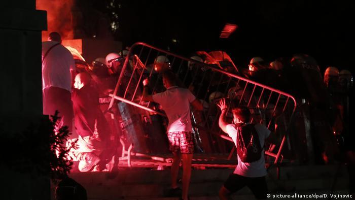 Los manifestantes serbios atacan a la policía con una valla metálica (picture-alliance / dpa / D. Vojinovic)