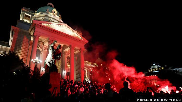 Serbien Belgrad Antiregierungsproteste Demonstranten stürmen Parlament