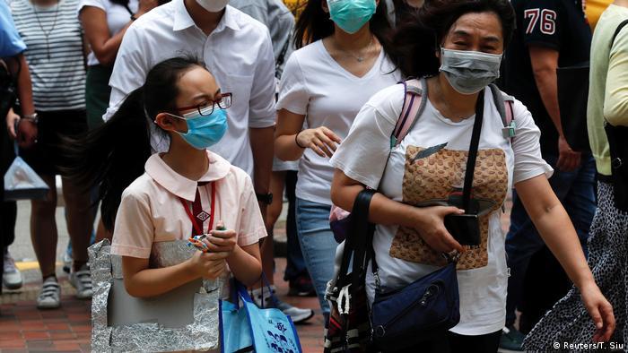 Pessoas na rua com máscaras faciais