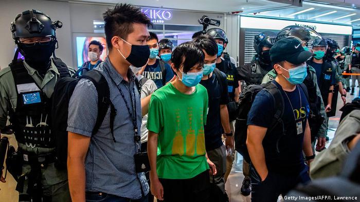 Manifestantes são detidos pela polícia em Hong Kong, depois da entrada em vigor da nova lei de segurança