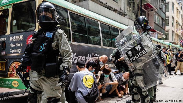 Maafisa wa polisi wakiwakamata waandamanaji Hong Kong Julai 1, 2020. Waandamanaji walipinga sheria mpya ya usalama wa taifa ya China kwa Hong Kong wanayosema itakandamiza uhuru wa kujieleza.