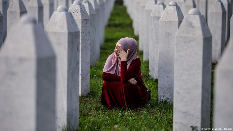 مسلمو البوسنة يبكون موتاهم بعد ربع قرن على مذبحة سريبرينتشا | DW | 11.07.2020