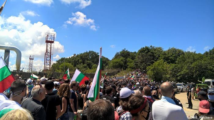 В събота стотици хора се опитаха да стигнат до плажа в парк Росенец в близост до лятната резиденция на Ахмед Доган. Там се бяха събрали и привърженици на ДПС. След няколко часа напрежение и сблъсъци с полицията, все пак плажуващите успяха да стигнат до плажа. Акцията Ходене на плаж беше организирана в социалните мрежи.