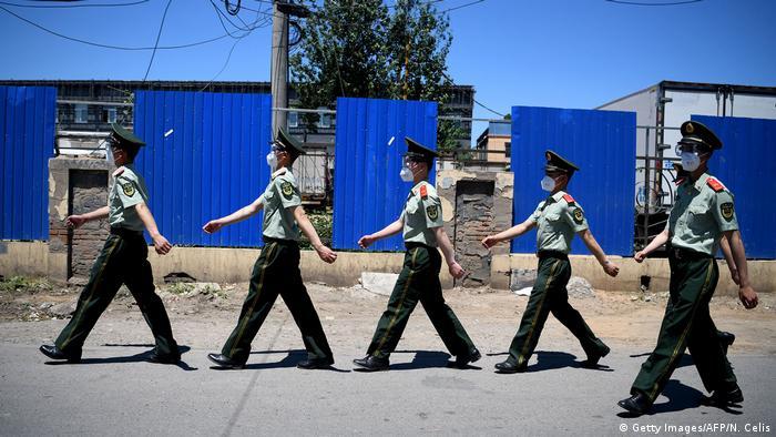 China Peking | Coronavirus | paramilitärische Polizistinnen (Getty Images/AFP/N. Celis)
