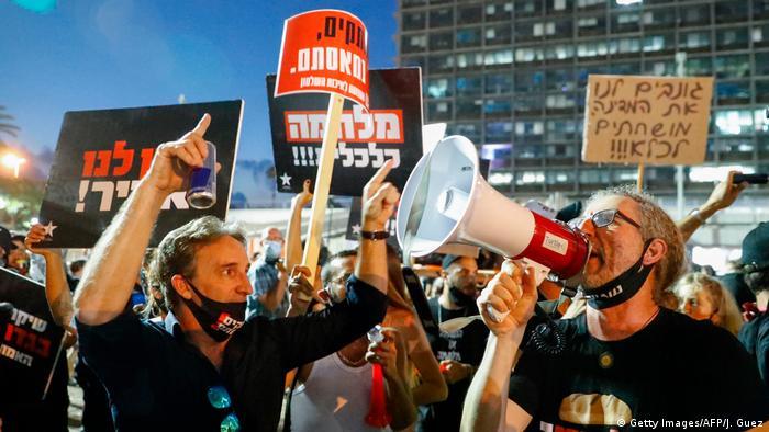 Демонстранты в Тель-Авиве протестуют против ограничительных мер из-за коронавируса, 11 июля 2020 года