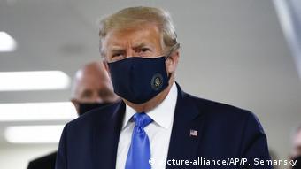 Президент США Дональд Трамп в маске