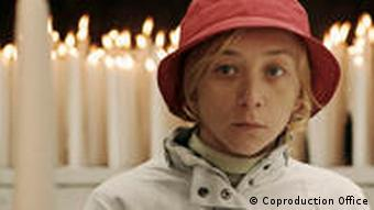 Protagonistin Christine vor einem Altar mit Kerzen © Coproduction Office